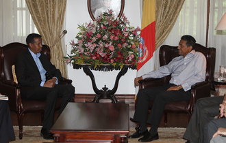 The President of the Republic of Seychelles, President Danny Faure, received the Minister of Foreign Affairs in Somalia, Ambassador Yusuf-Garaad Omar, at State House.