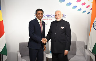 President Faure meets Prime Minister Modi on the margins of the Executive Session of CHOGM 2018